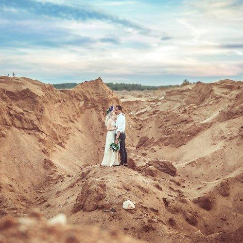 это фотографии пары на фоне песчаного карьера напоминают