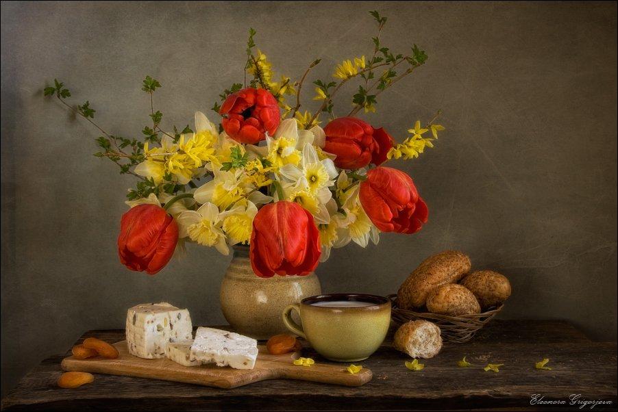 цветы, нарциссы, тыльпаны, форзикия, весна, красный, жёлтый, молоко, хлеб, сыр, натюрморт, Eleonora Grigorjeva