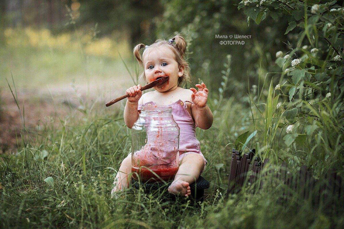 Девочка, варенье, ложка, банка, маленькая, малышка, детство, портрет, ребенок, еда, милая, лес, деревня, Шелест Мила