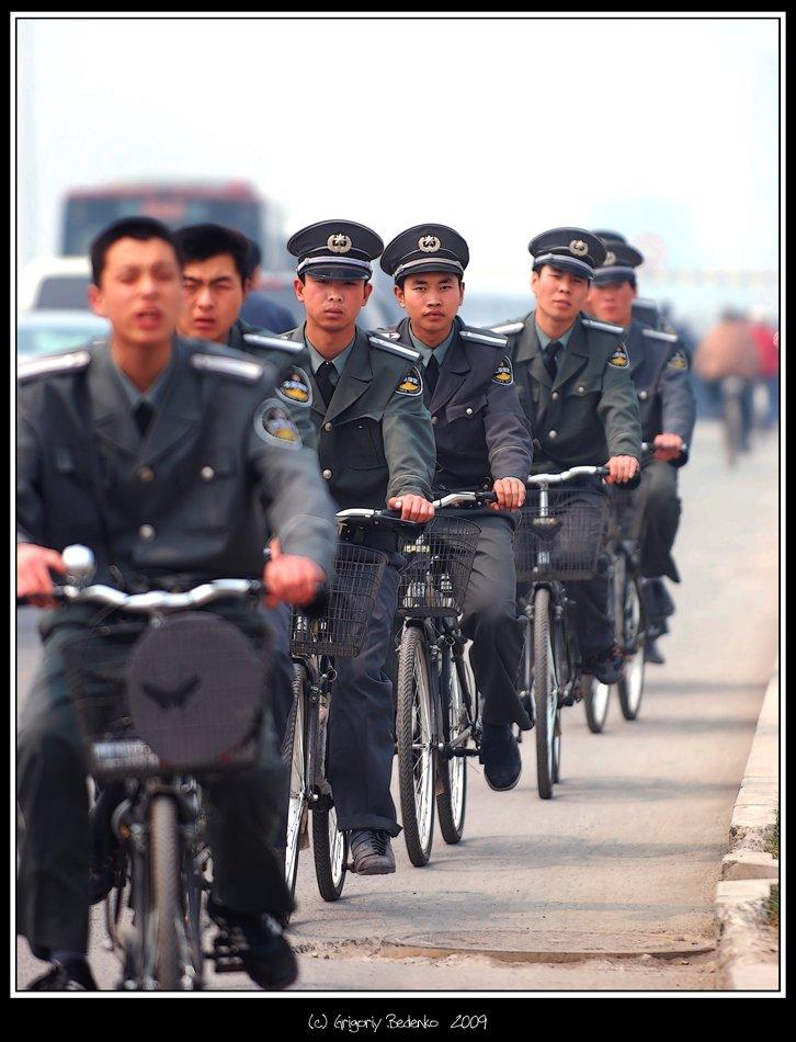 китай, пекин, велосипедисты, полицейские, Григорий Беденко