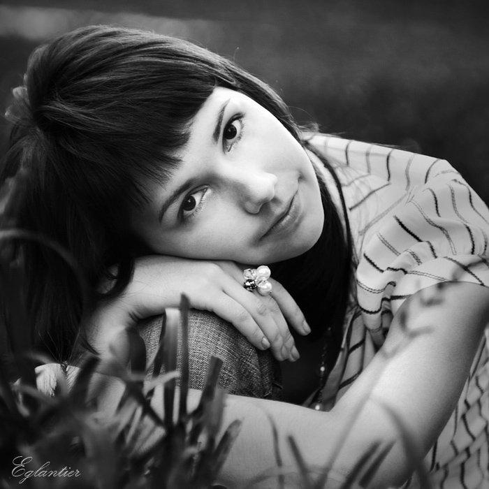 девушка, портрет, квадрат, чб, трава, Ольга Глушкова