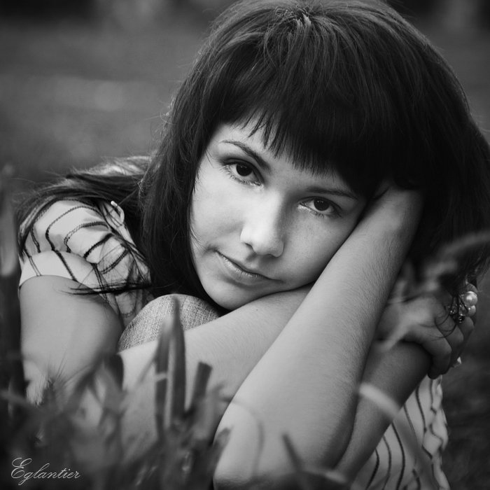 девушка, портрет, квадрат, трава, чб, Ольга Глушкова