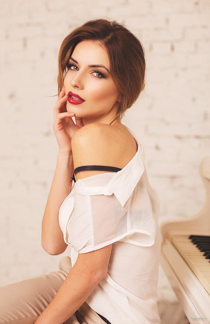 Eyes, Girl, Hall, Lips, Piano, Red, Sexy, White, Winter, Тарас Таранда