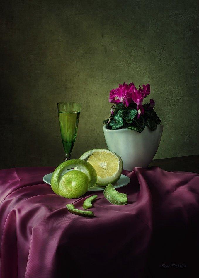фото натюрморт, грейпфрут, цукаты. бокал вина, ваза с цикламеном, Ирина Приходько