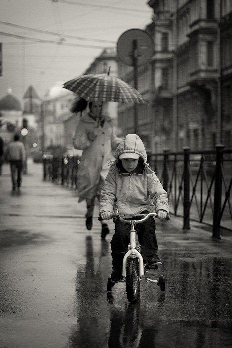 мальчик, мама, велосипед, ребенок, сын, женщина, улица, жанр, ситуация, бег, кататься, крутить, азарт, догнать, подождать, дождь, зонт, dyadyavasya, Дмитрий Шамин