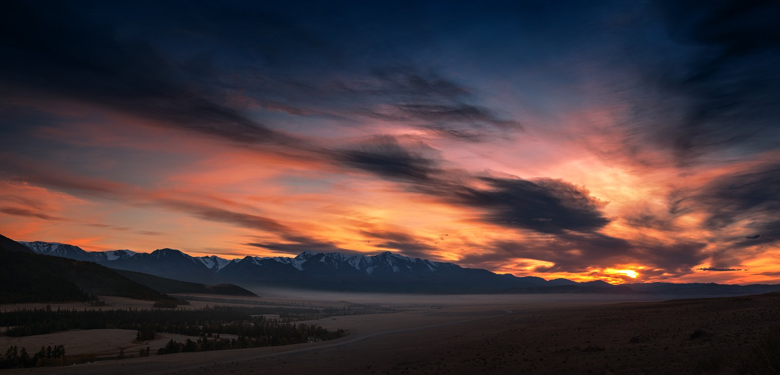 пейзаж, панорама, природа, степь, долина, горы, хребет, вершина, закат, вечер, небо, облака, синий, красный, желтый, большой, высокий, красивая, туман, Дмитрий Антипов