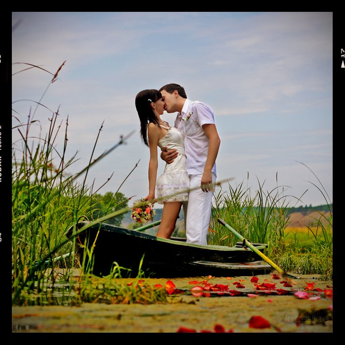 жених, невеста, озеро, камыши, лилии, лепестки, розы, лодка, весла, поцелуй, букет невесты, свадьба, зеленый, голубой, синий, красный, розовый, LaCesLice