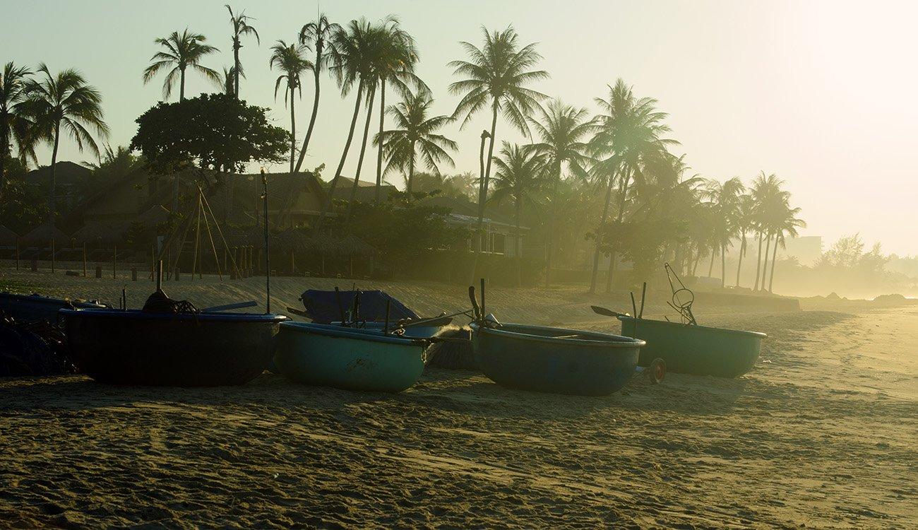 Вьетнам, утро, рассвет, экзотика, пальмы, рыбацкие лодки, круглые лодки , бамбуковые. , Марина Мудрова