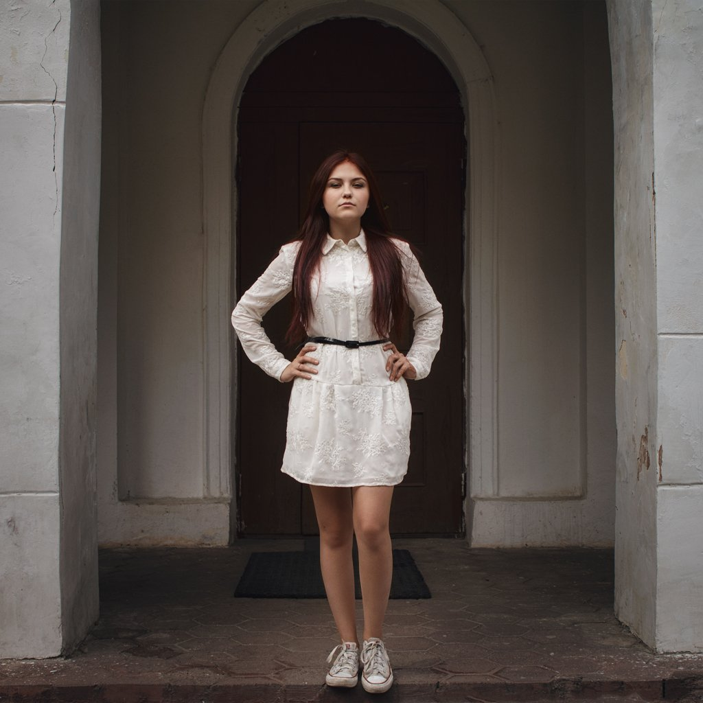dress,girl,ivankopchenov,natural light,outdoor,portrait,иванкопченов,портрет,портрет девушки,здание,арка,дверь,стена,дом,кеды,платье,лето, Иван Копченов