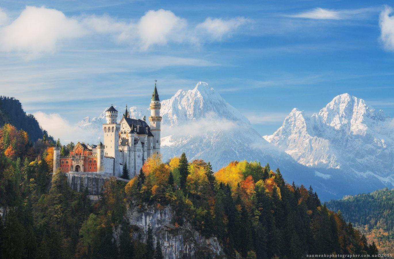 Германия. Замок Нойшванштайн на фоне снежных гор Александр Науменко