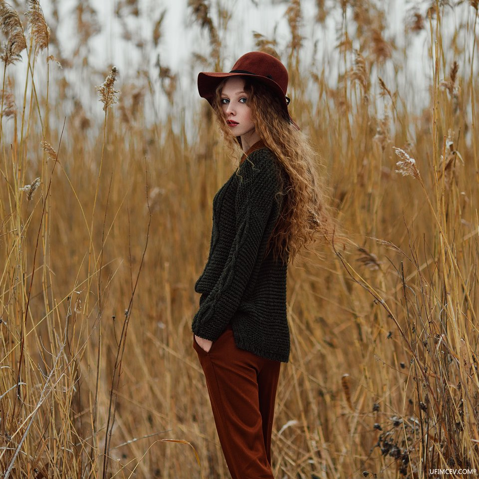 камыш, девушка, шляпа, озеро, зима, облака, свет, взгляд, желтый, зеленый, пленер, Александр Уфимцев