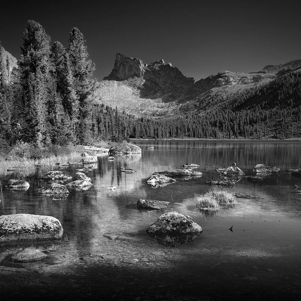 белый, большой, вода, высокий, глубокий, горы, далекий, ергаки, камни, квадрат, красивый, красноярский край, озеро, отражение, пейзаж, природа, прозрачный, размер, сибирь, скалы, тайга, холодный, чб, черный, чистый, Дмитрий Антипов