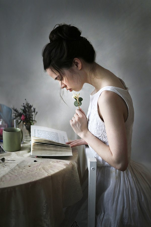 портрет, девушка, красивая, юная, книги, студентка, жанровый портрет, люди, человек, волосы, губы, цветы, цвет, свет, Постонен Екатерина