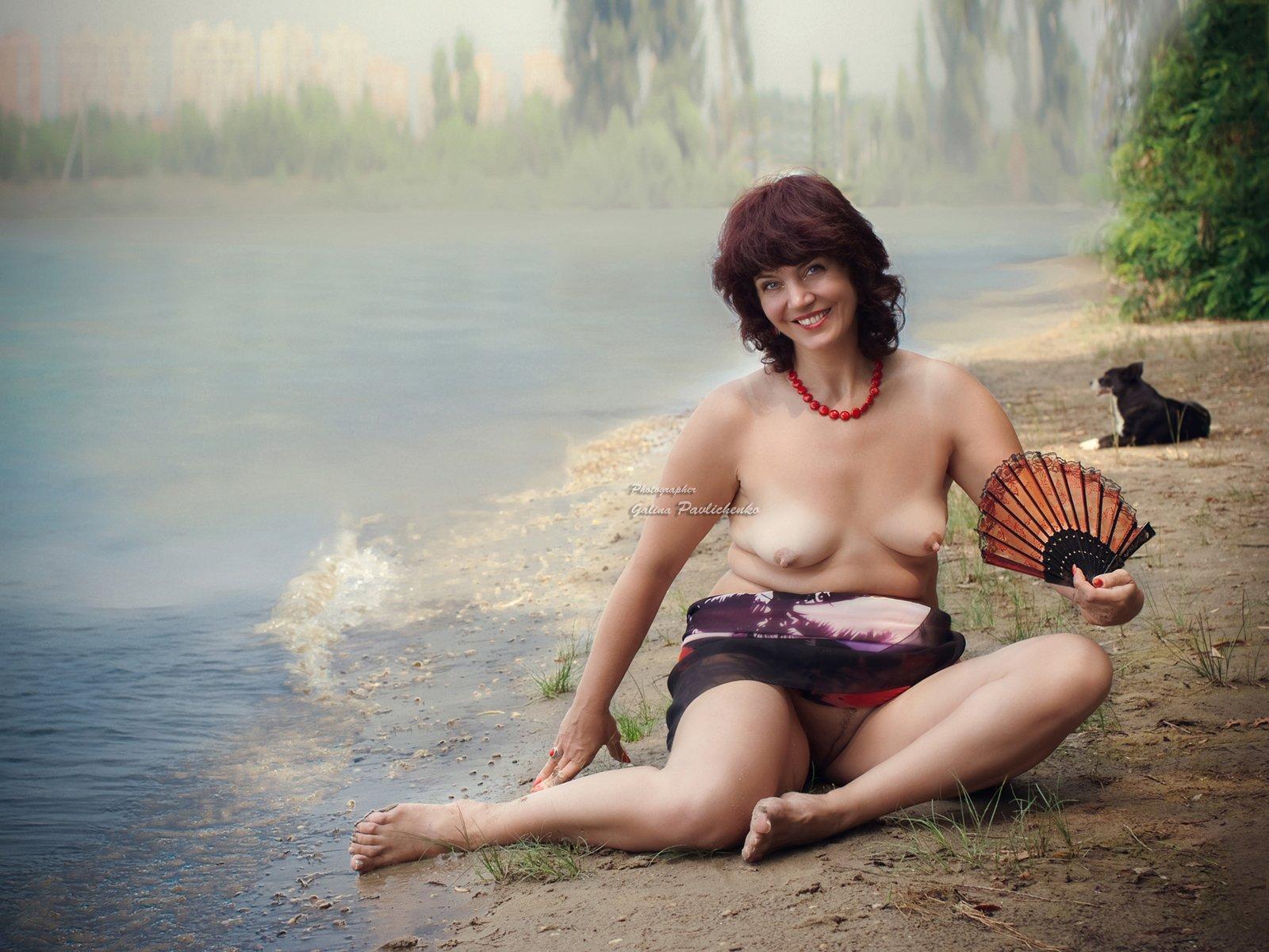 веер, жара, женщина, кубань, лето, немолодая женщина, ню, обнажённое тело, пляж, полная женщина, река, собака, улыбка, эротика, Галя
