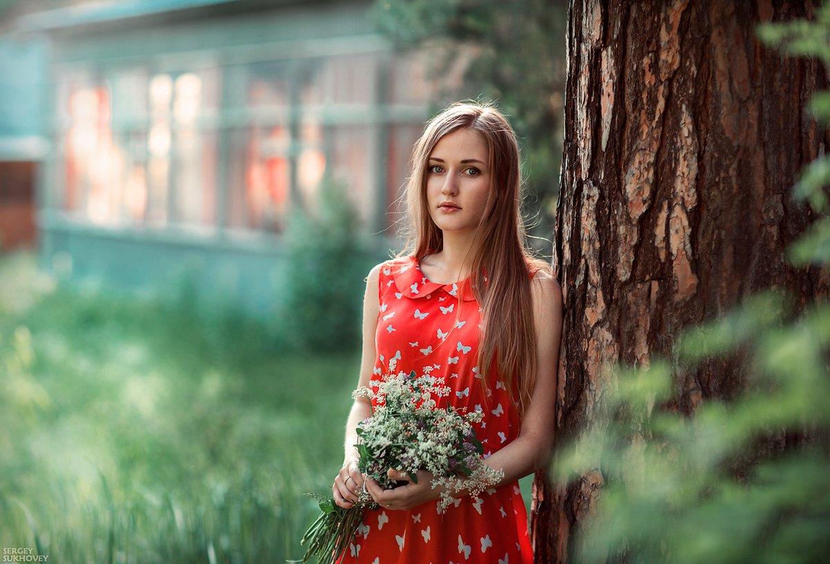 девушка в красном, девушка с букетом, девушка с цветами, красное платье, летний портрет, Сергей Суховей