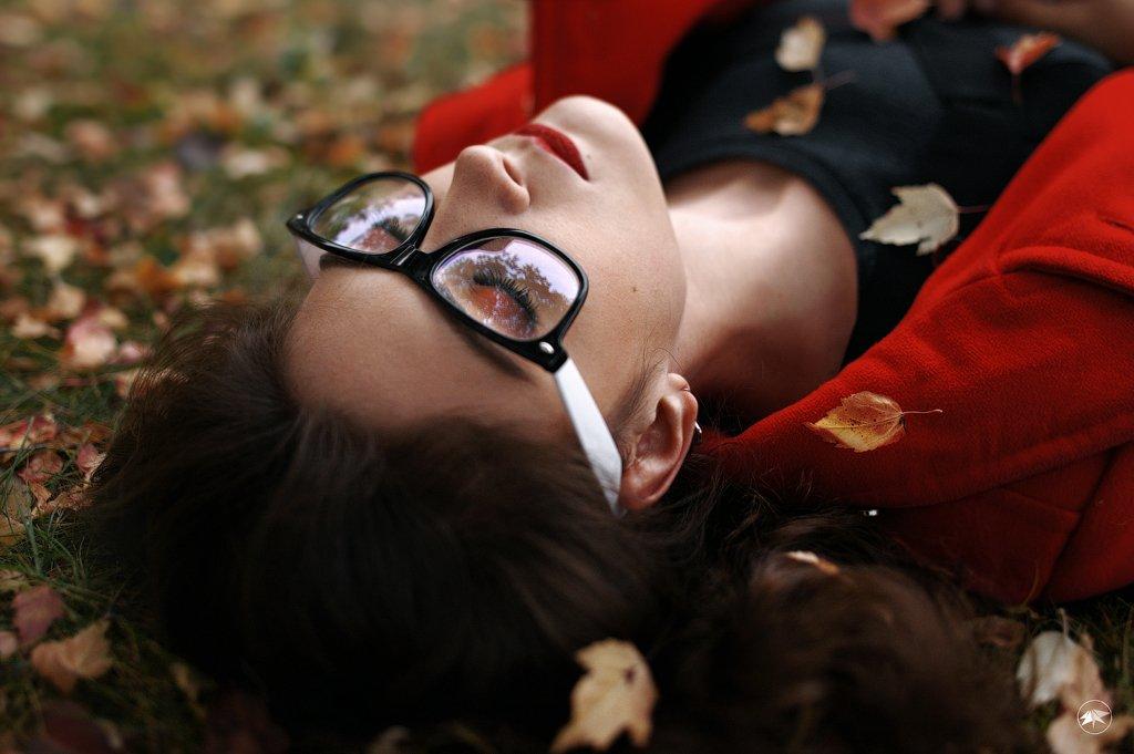 девушка, листья, трава, желтый, красный, яркий, помада, очки, Роман Золотой