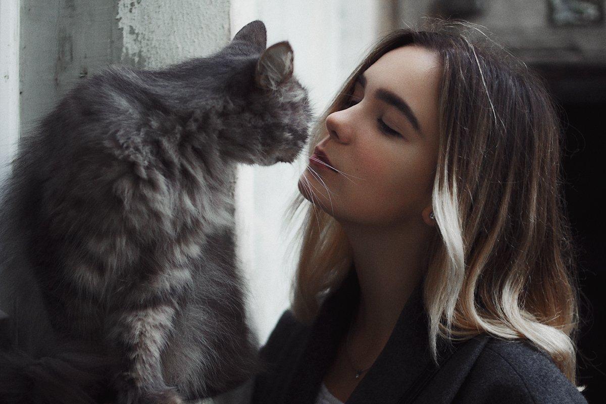девушка, портрет,  натуральный свет, двор, кошка, осень, Иван Копченов