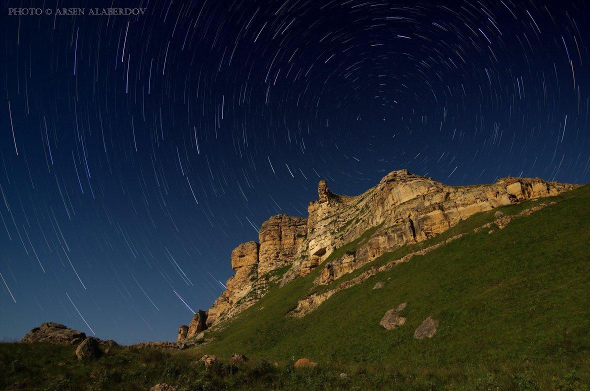 ночь, ночная съёмка, длинная выдержка, звёзды, звёздные треки, скала, обрыв, каньон, перевал, горы, камни, трава, звёздное небо, карачаево-черкесия, северный кавказ, АрсенАл