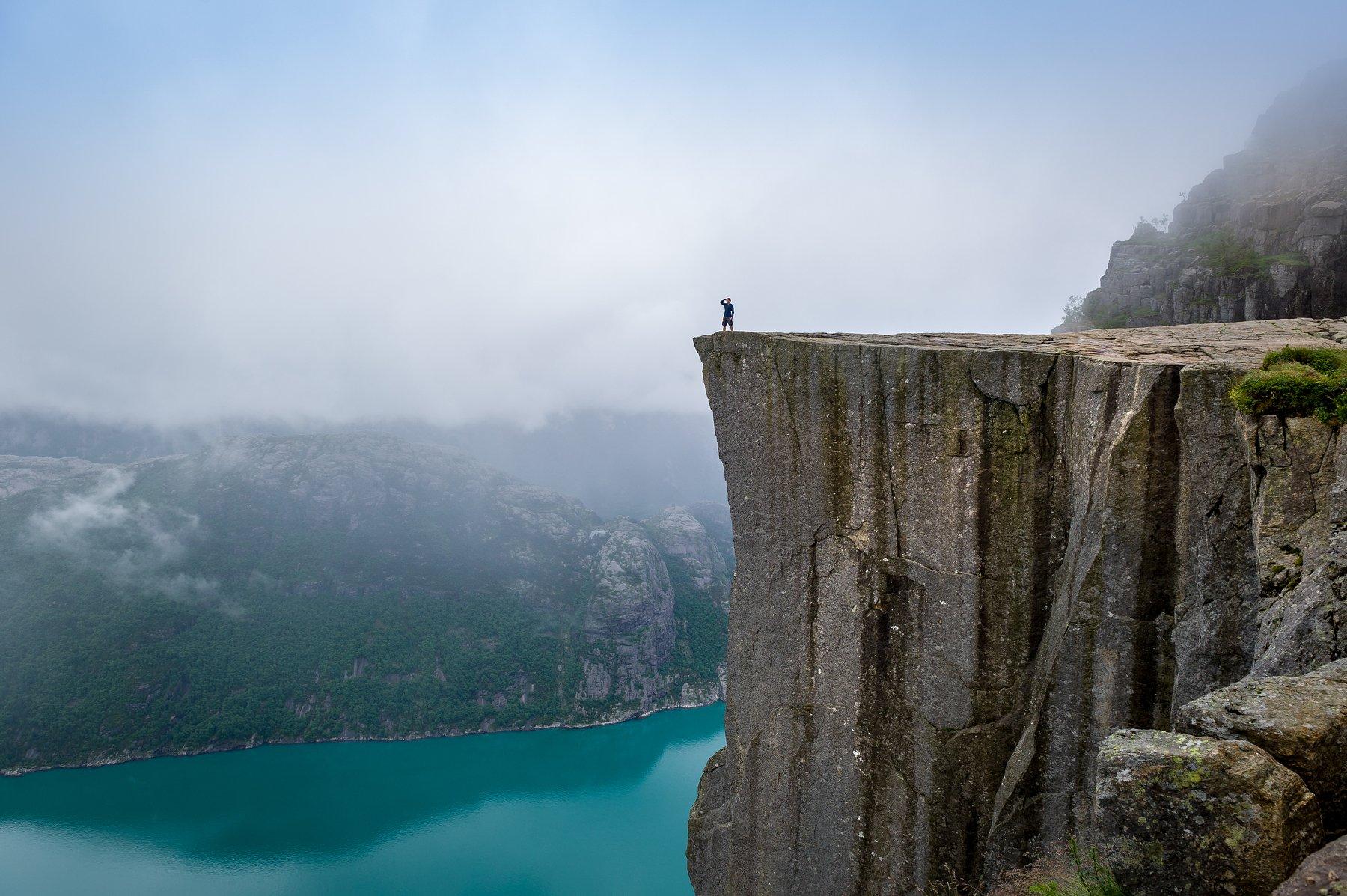 Прекестулен, скала, Норвегия, человек, турист, обрыв, опасно, пейзаж, фьорд, один, горы, туман, вода, пасмурно, путешествия, приключения, достопримечательность, NIKIFOROV ALEXANDER