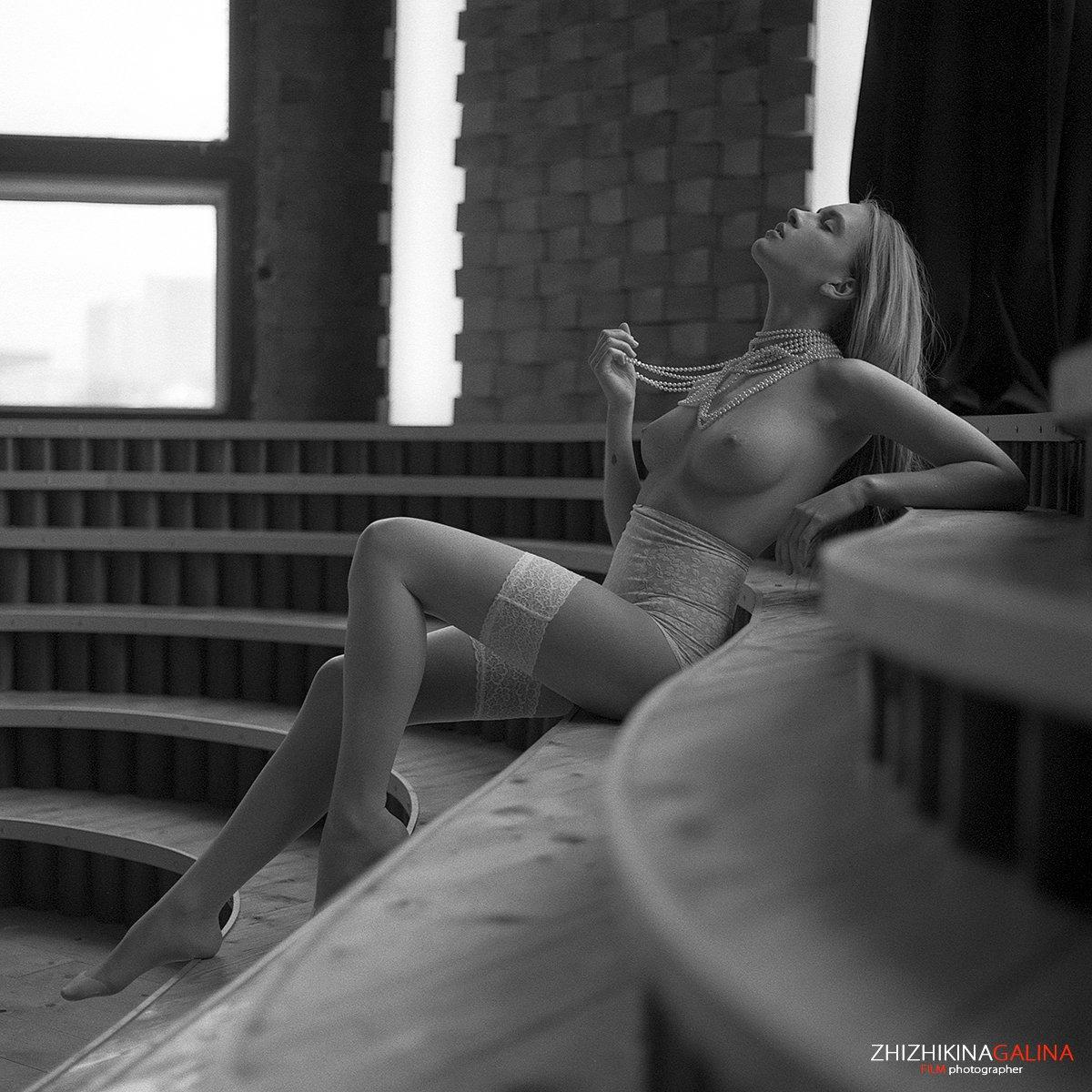 девушка, свет, модель, портрет, жанр, руки, нежность, искусство, креатив, ню, модель, фотография, фотосессия, прикосновение, ч/б, 6х6, m-format, middle, film, b&w, soul, photo, photography, portrait, nature, black, art, nude, artnu, nu, Галина Жижикина