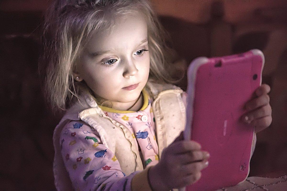 девочка, портрет, цвет, свет, планшет, гаджет, ребенок, дети, современный, мир, Сергей Гойшик