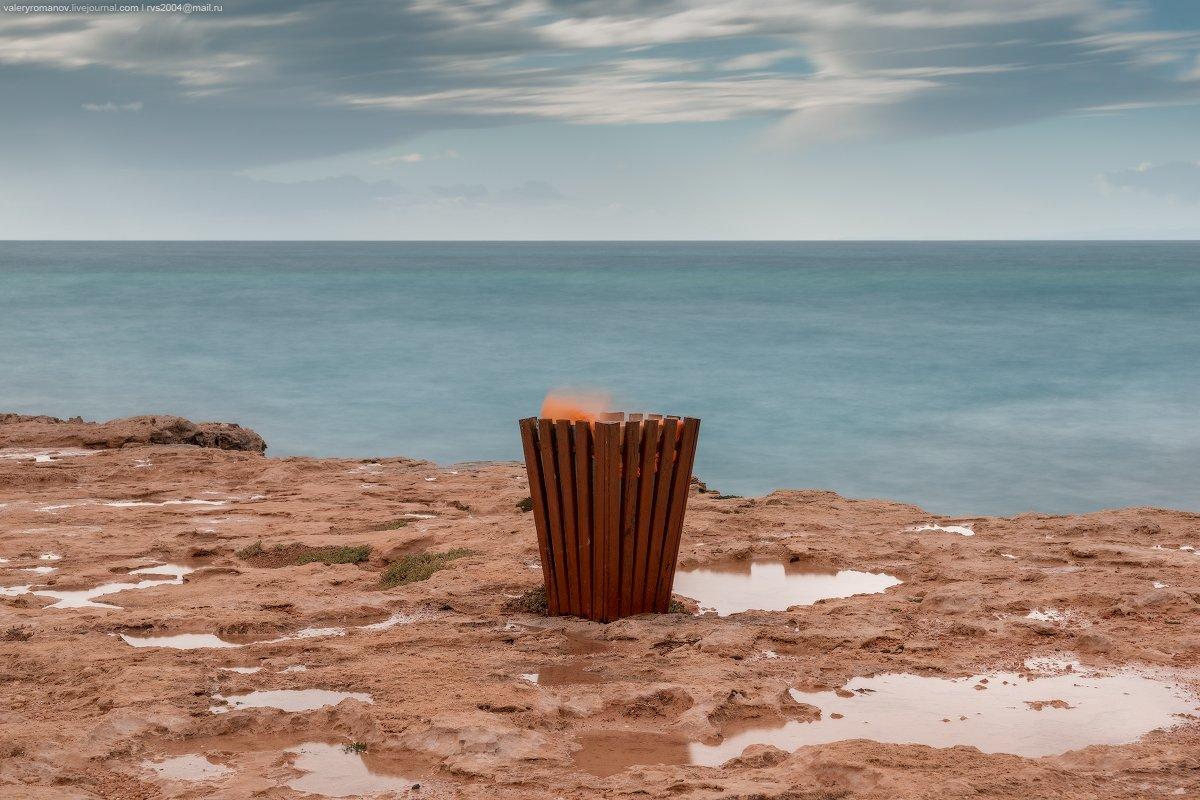 побережье, море, берег, небо, облака, кипр, огонь, лужи, синий, зеленый, красный, глина, песок, земля, Валерий Романов