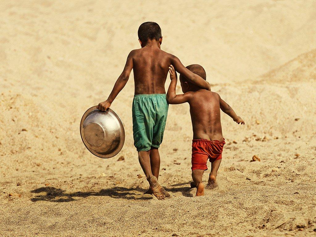 пацаны, братья, мальчишки, двое, в обнимку, таз, тазик, песок, босота, Алла Соколова