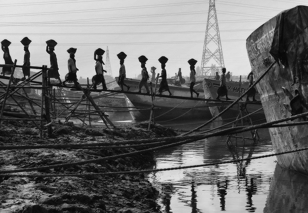 разгрузка, уголь, корабль, канаты, грузчик, линии, провода, отражение, глина, корзина, люди, работники, работа, вода, бангладеш, Алла Соколова