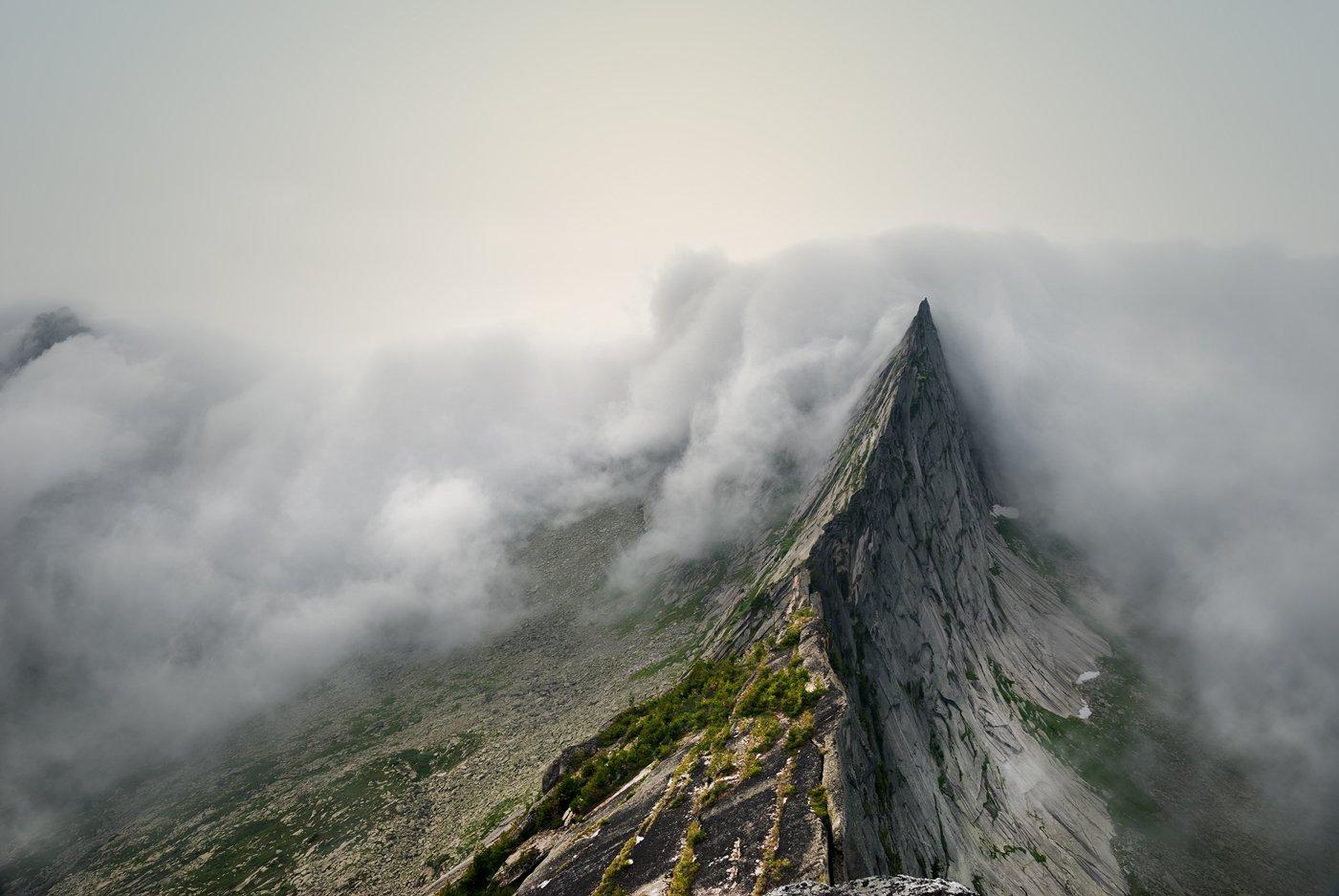 peak, nature, landscape, rock, mount, mountain, range, ergaki, high, природа, пейзаж, красивая, spectacular, big, high, большой, высокий, горы, скалы, вершина, пик, камни, туман, fog, mist, ergaki, sayan, travel, krasnoyarski krai, облака, густой, thick, Дмитрий Антипов