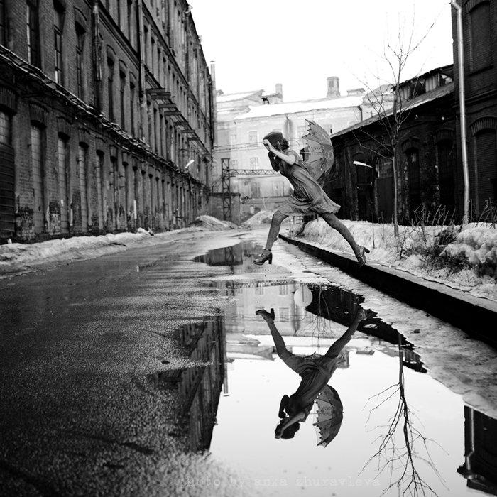 зонтик, чб, лужи, прыжок, отражение, anka zhuravleva