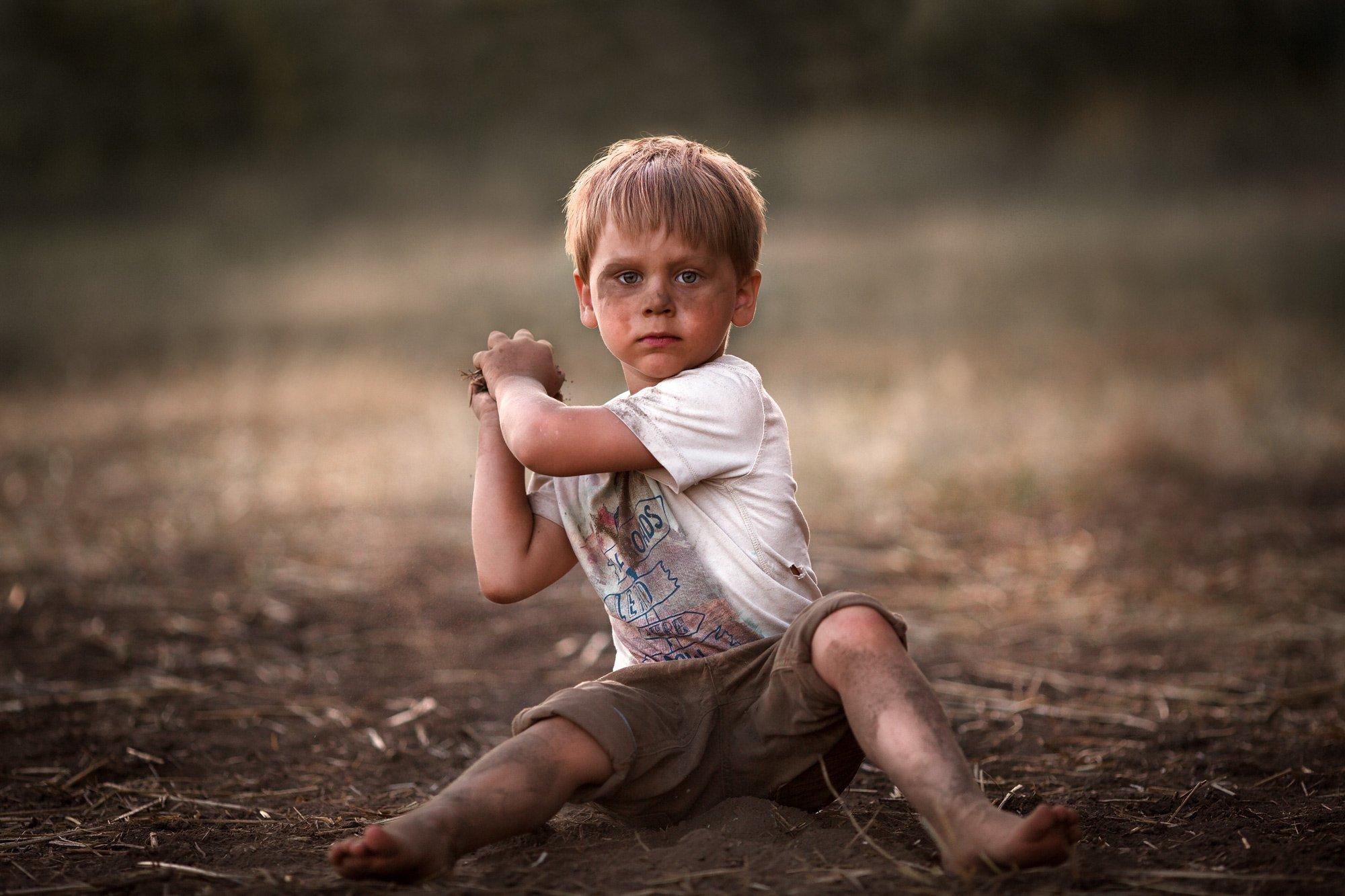 ребенок мальчик поле пыль вечер игра удовольствие забавы 85мм эмоции взгляд портрет, Евгения Брусенцова