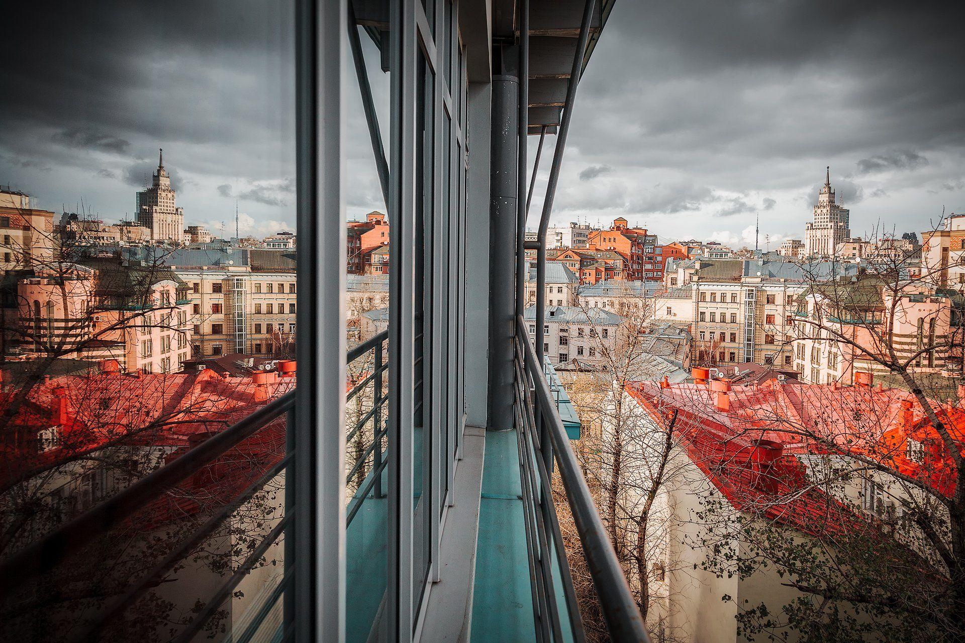 москва, крыши, свет, цвет, здания, осень, отражения, тучи, облака, солнце, гостиница, Андрей Огнев