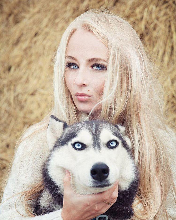 девушка, голубые глаза, хаски, собака, глаза, блондинка, сено, солома, Комарова Дарья