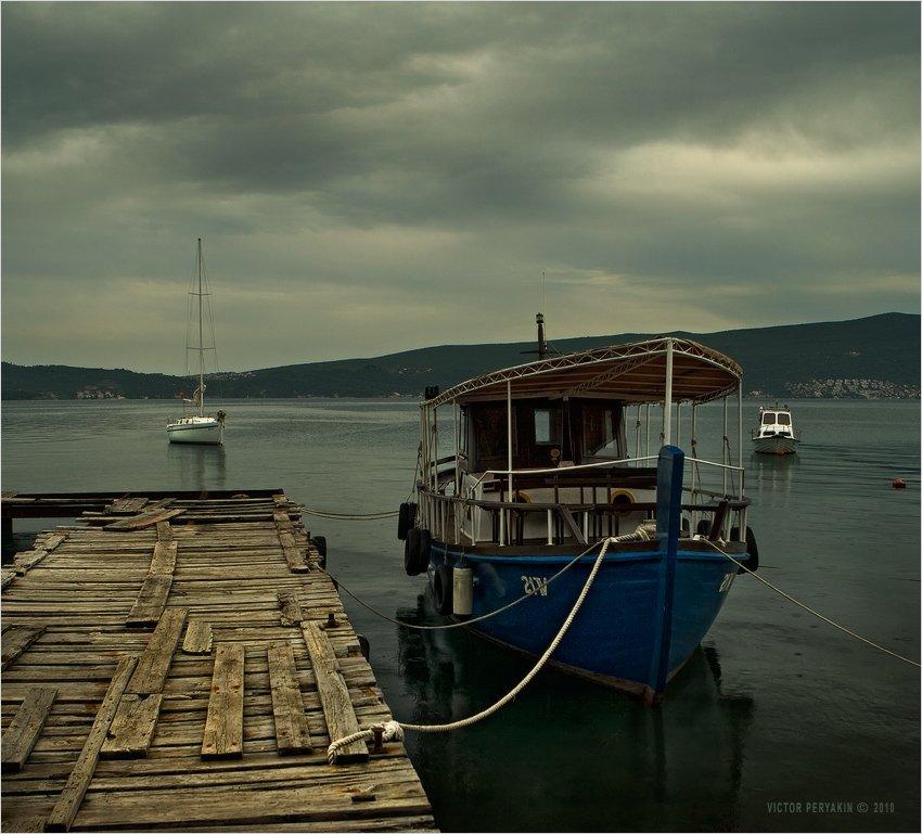 черногория, тиват, старый, пирс, кораблик, залив, дождь, путешествия, Виктор Перякин
