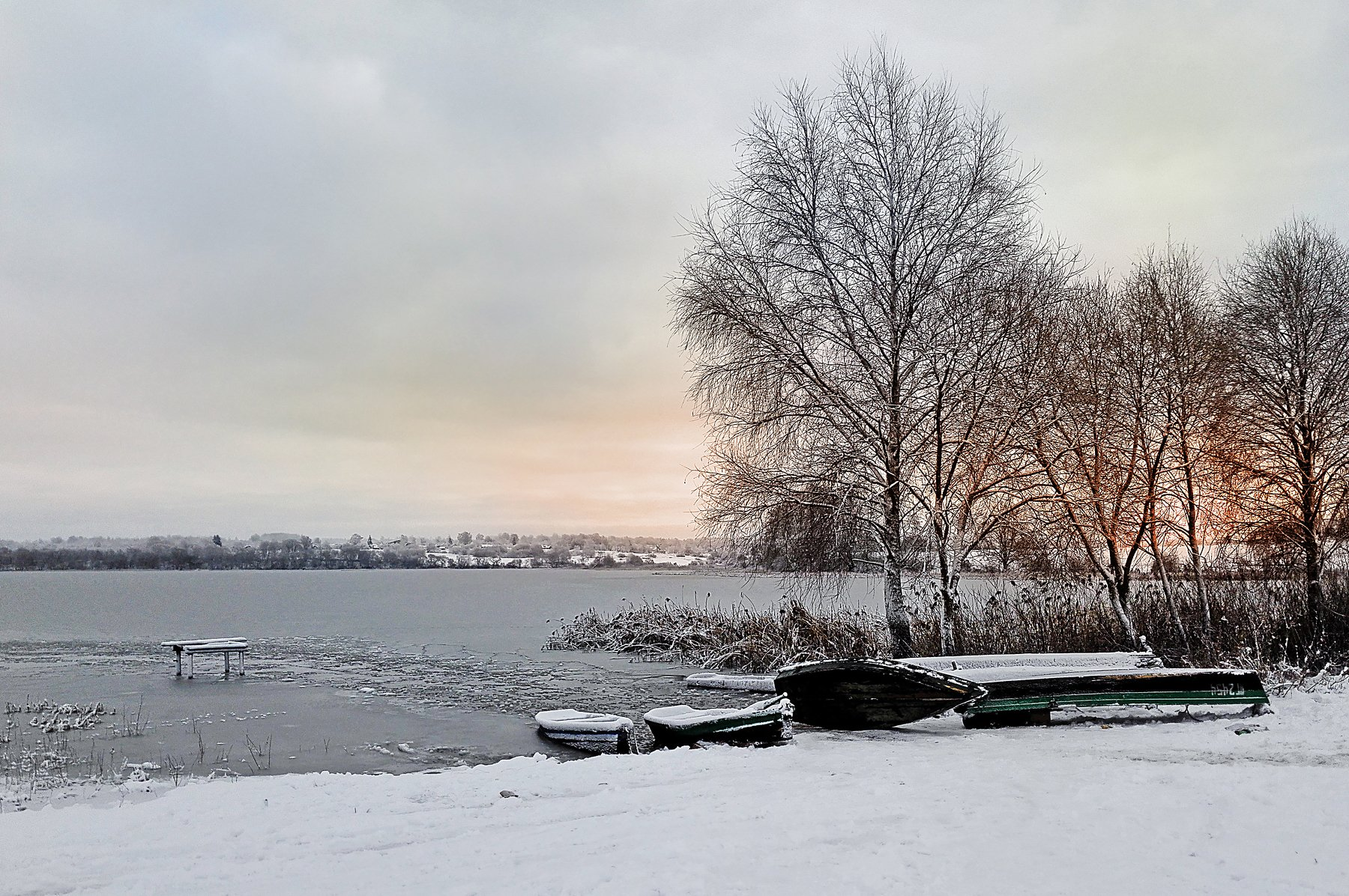 лодки берег зима лед холод мороз закат беларусь озеро вода берег деревья помолейко pomoleyko снег, Павел Помолейко