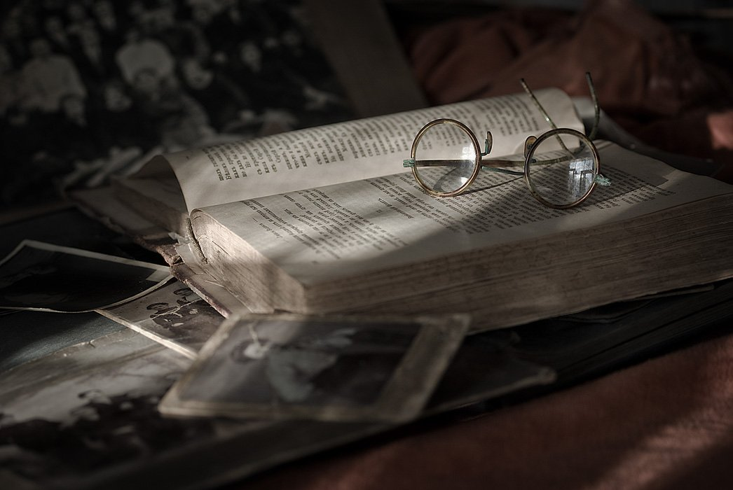 старые очки, старые книги, старые фото, прошлое лето