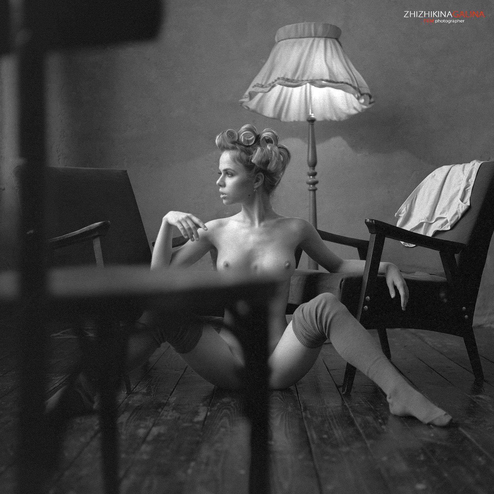 девушка, взгляд, модель, портрет, жанр, глаза, лампа, стул, ню, топлесс, фотография, фотосессия, прикосновение, ч/б, 6х6, m-format, middle, film, b&w, soul, photo, photography, portrait, nature, black, art, nude, artnu, nu, Галина Жижикина