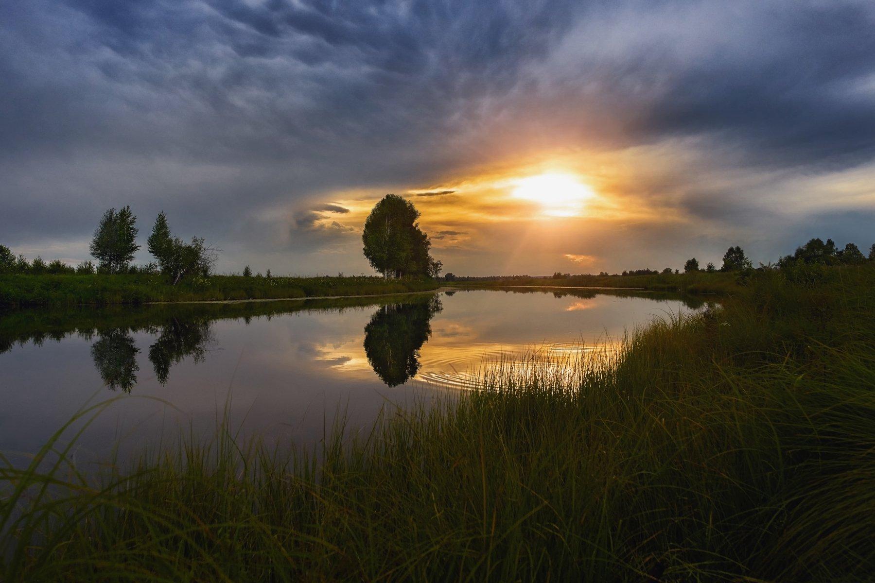 вечер,закатное солнце, озеро ,отражение неба в воде,облака, Сергей