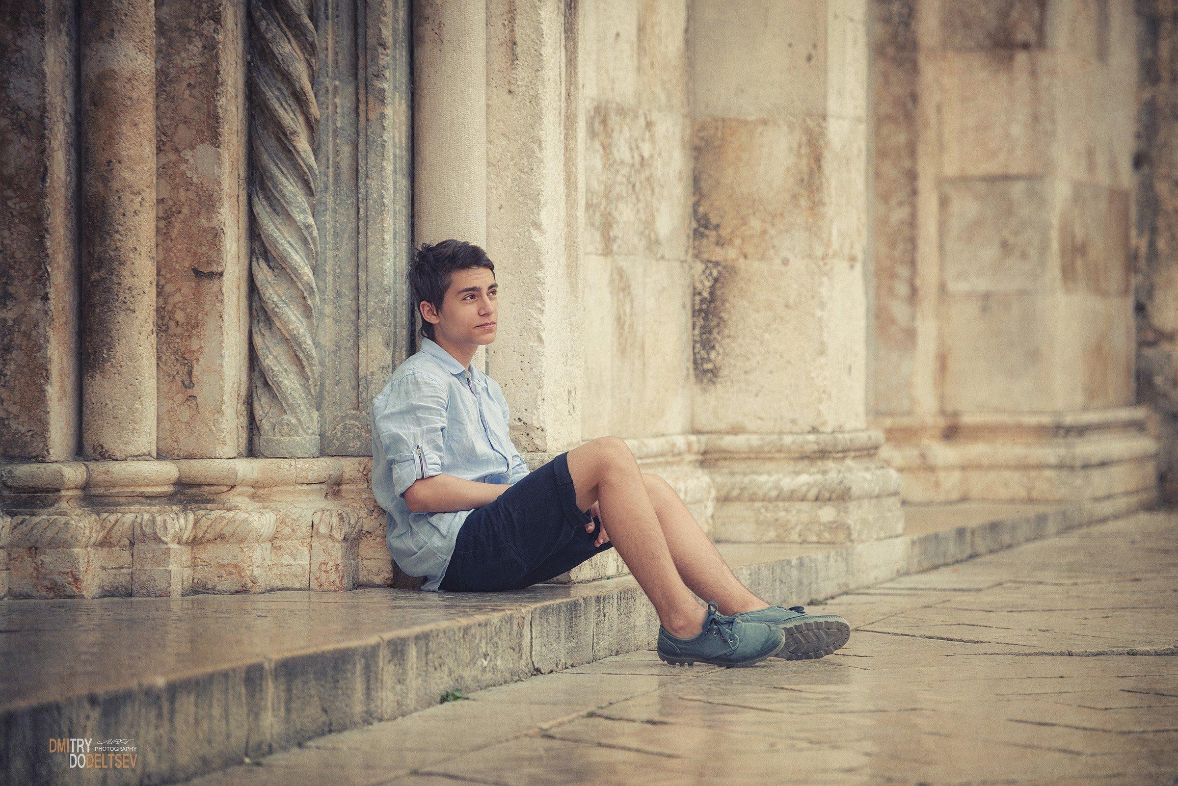 испания, перень, портрет, лето, мальчик, камни, стены, один, задумчивость, размышления, старый город, старые стены, одиночество, отдых, Дмитрий Додельцев