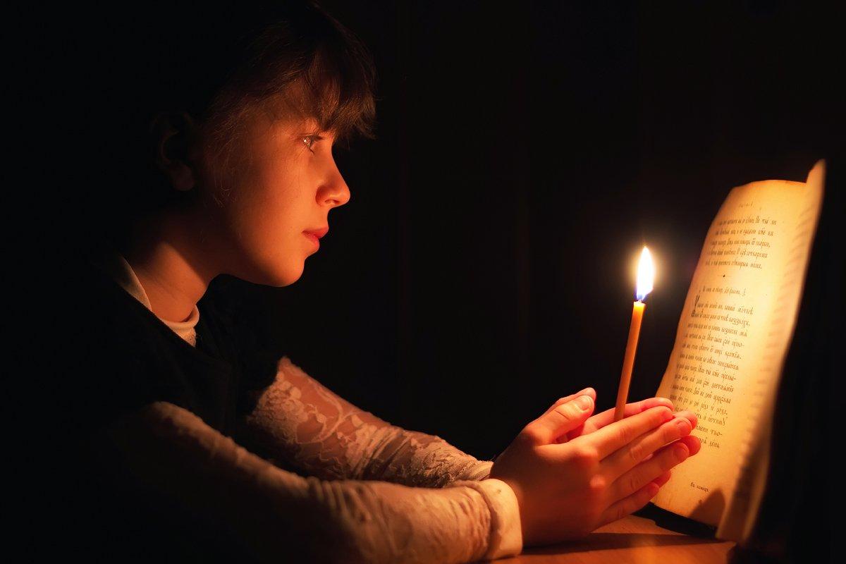 девочка,книга,свеча,ночь,темнота,читает,библия,, Матвеев Игорь