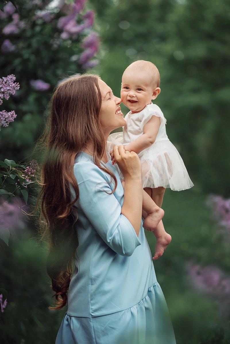 семья мама дочь малыш весна сирень счастье улыбка, Енгалычева Антонина