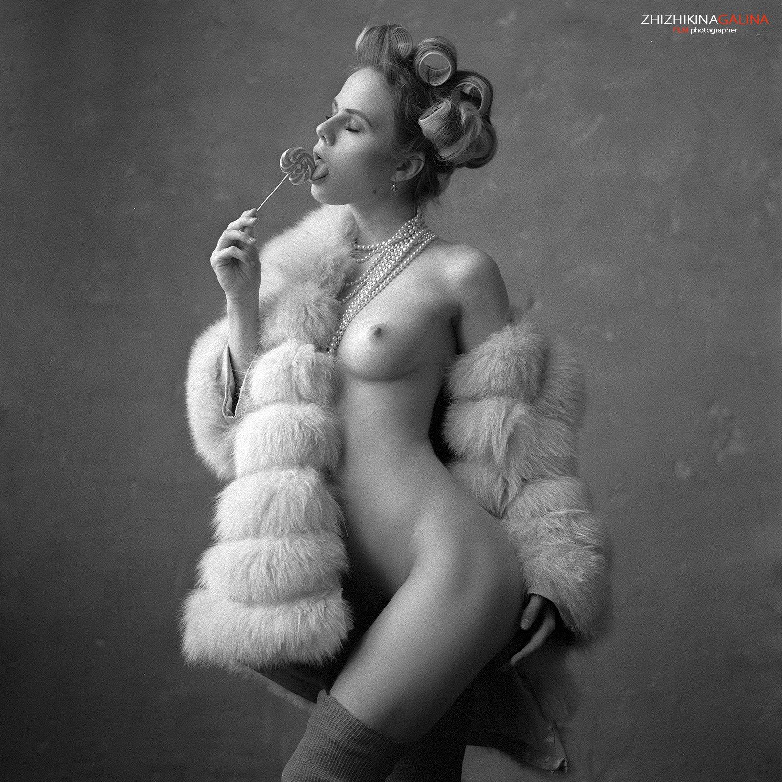 Лединец, чупа-чупс, чулки, шуба, девушка, артню, ню, модель, креатив, эклектика, бусы, жемчуг, топлесс, жижикина, фотограф, чб, черно-белое, Галина Жижикина