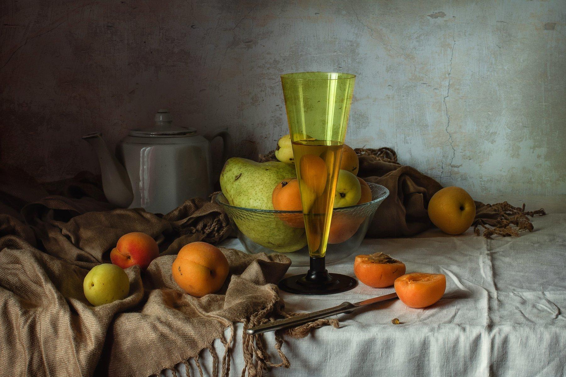 натюрморт, бокал, чайник, фрукты, абрикосы, груша, Анна Петина