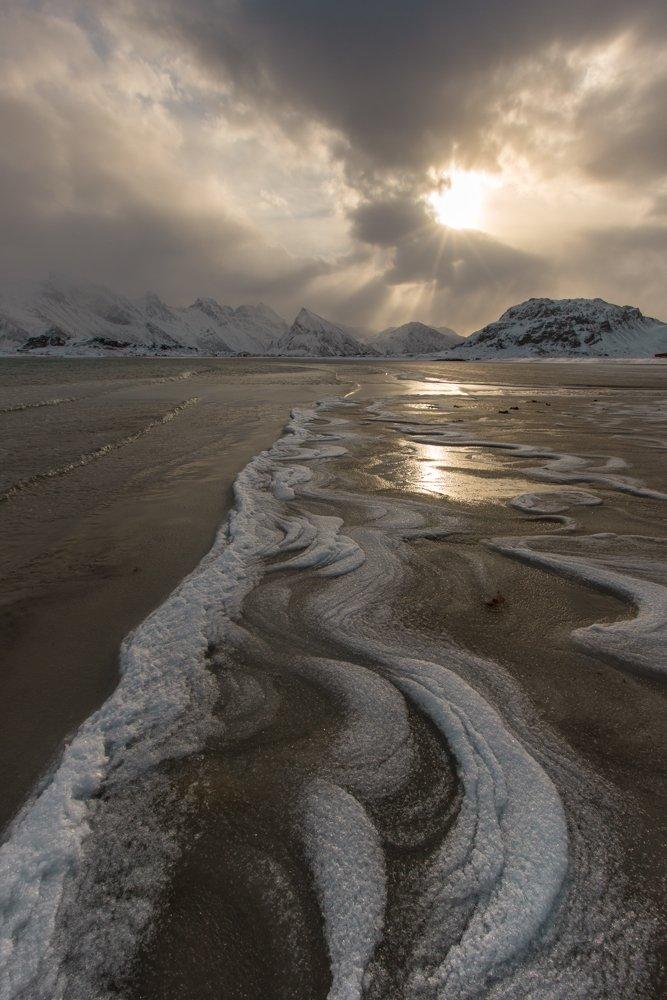 утро,лофотены,норвегия,небо,море ,снег,солнце сквозь тучу,солнечные лучи,зимнее море, Ирина Назарова