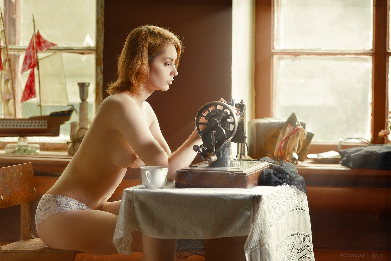 ню, девушка, грудь, обнажённая,окно, швейная машинка, Воронцов Игорь