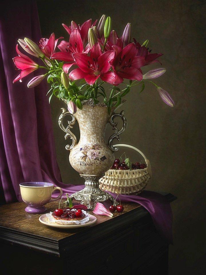 натюрморт, цветы, лето, букет, пурпурные лилии, черешня, чай, завтрак, интерьер, Ирина Приходько