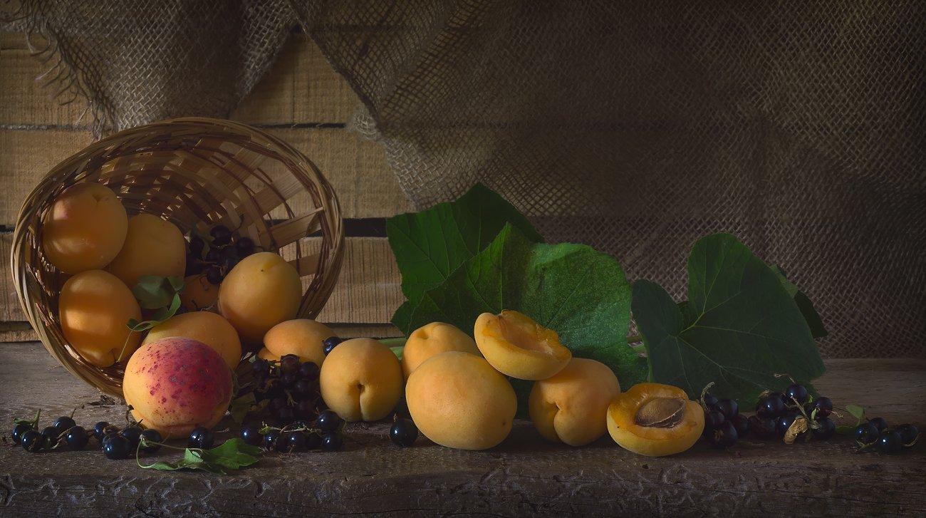 абрикосы,смородина,июль,натюрморт, Елена Брежицкая