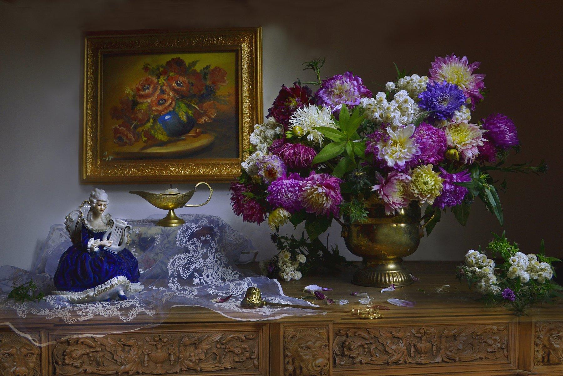 still life, натюрморт, цветы, фото натюрморт, фарфор, статуэтка, сентябрь, свеча, подсвечник, осень, настроение, картина, георгины, астры, Колова Валентина