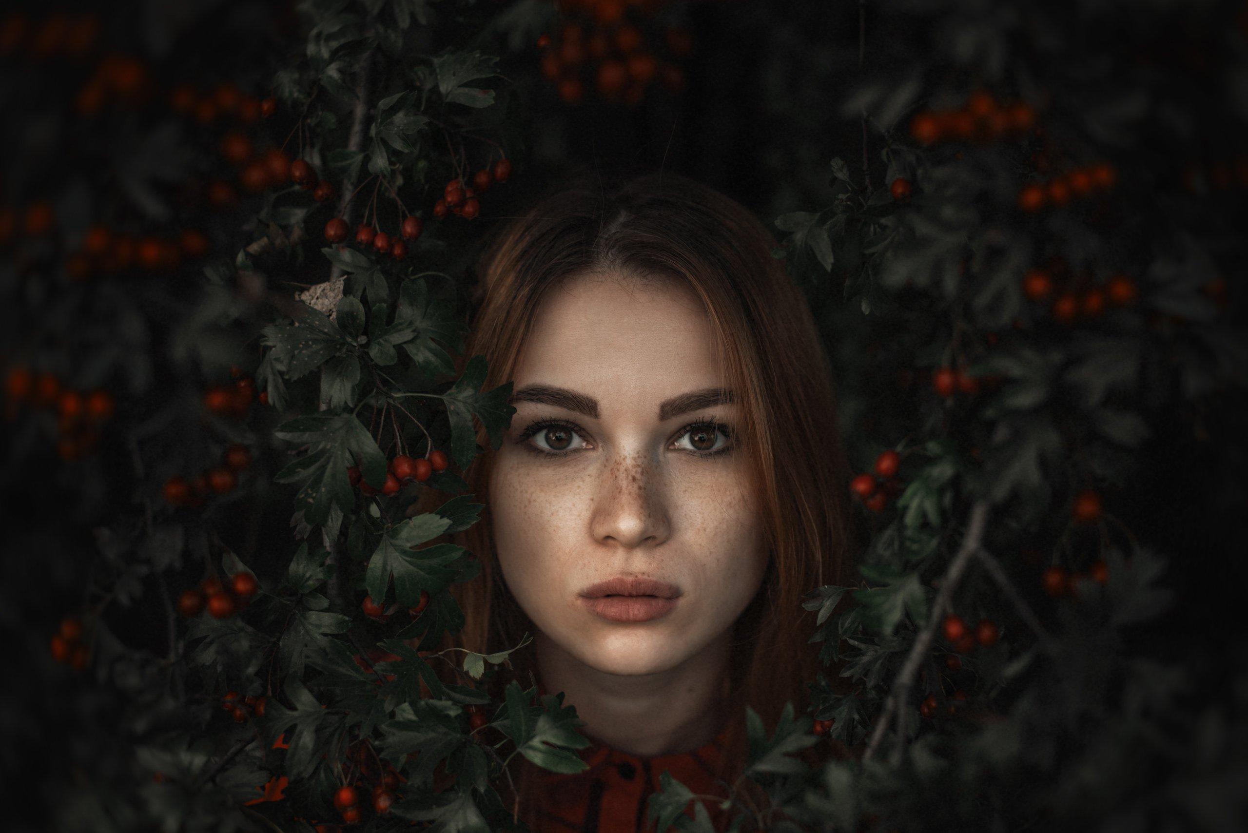 портрет, девушка, красные ягоды, взгляд, Александр Тишкевич