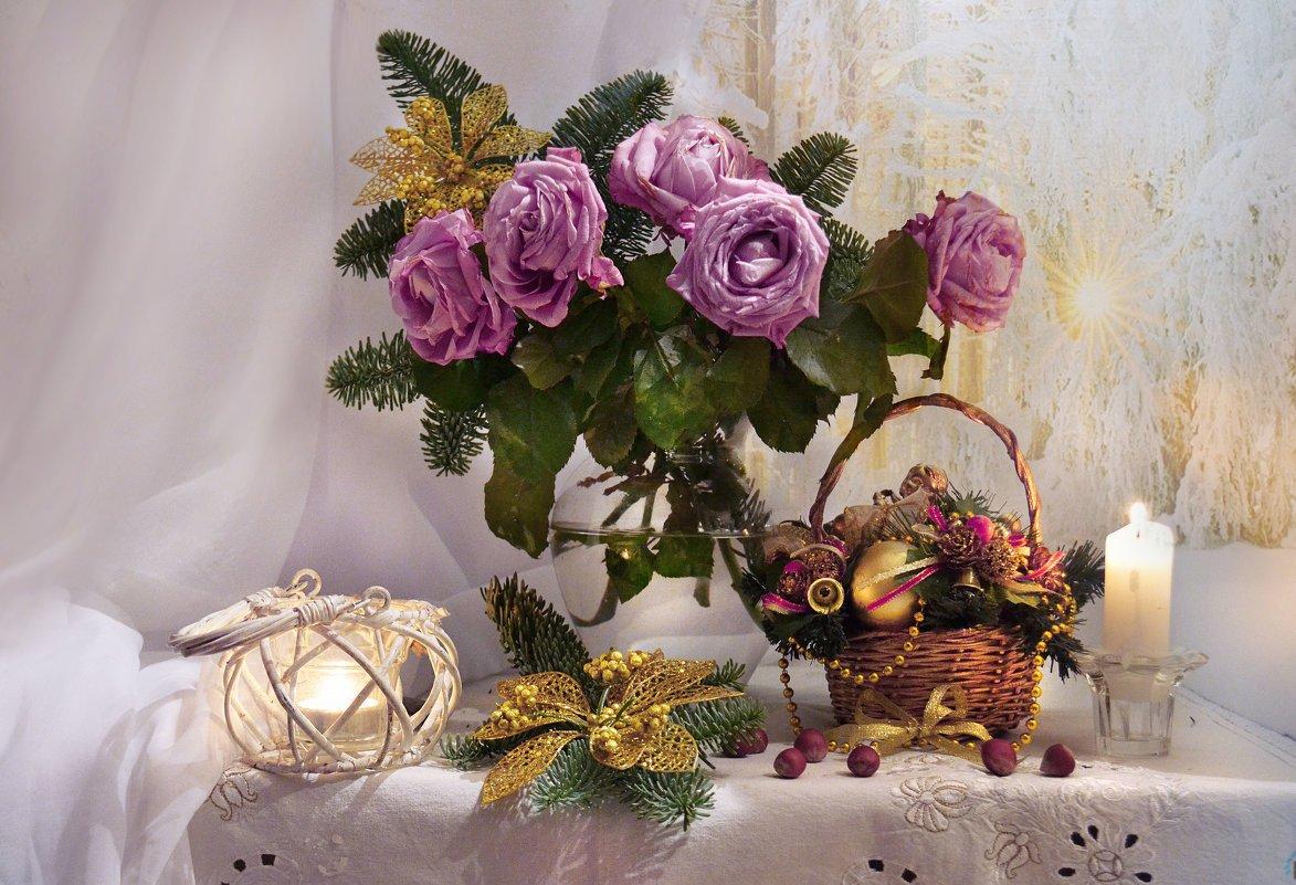 still life,натюрморт,декабрь, зима, подсвечник, праздник, предвкушение, розы, свеча, скоро новый год, цветы,  ёлка, ёлочные игрушки, Колова Валентина